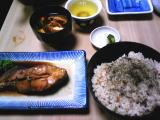 かやくご飯(中)と赤みそ豆腐の味噌汁とカレイの煮付け 計1,410円也